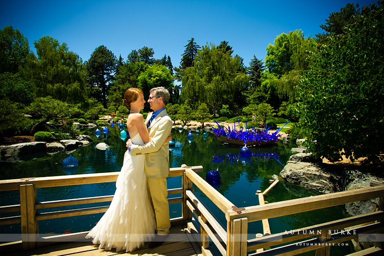 botanic gardens wedding couple with chihuly glass sculpture